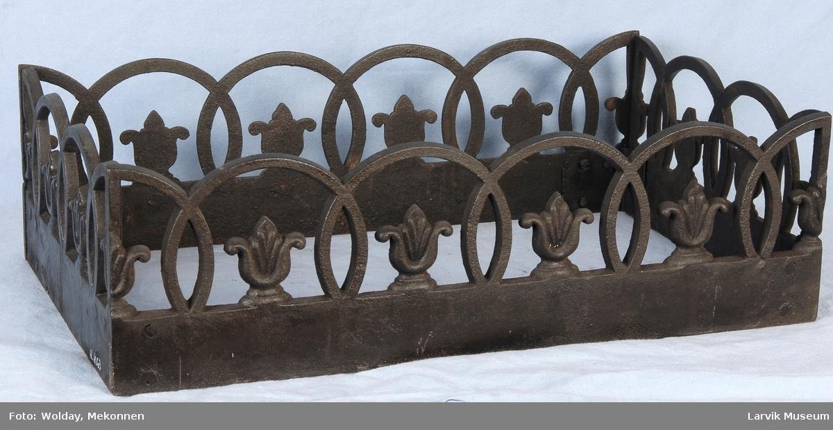 Bord med liljer omkranset av halvsirkler
