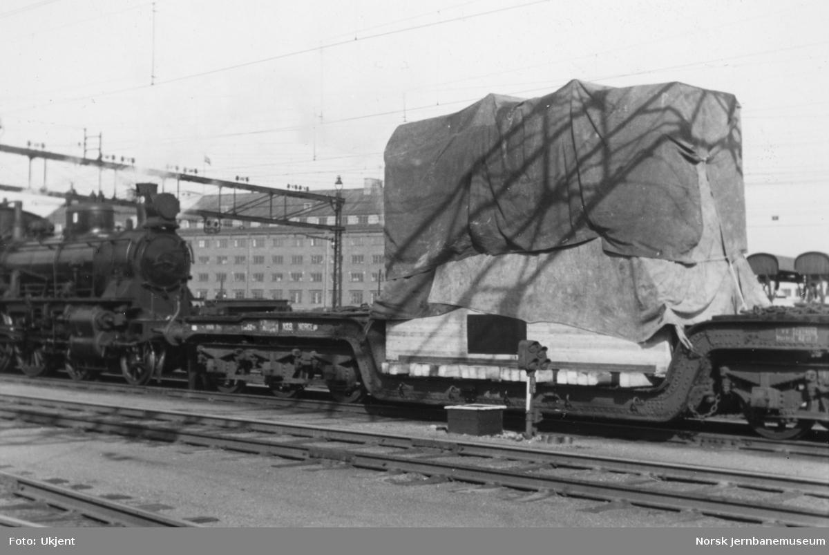 Transformator fra Per Kure til Oslo V, opplastet på dyplastevogn litra Trfo4 nr. 16505, trukket av damplokomotiv type 27b nr. 369
