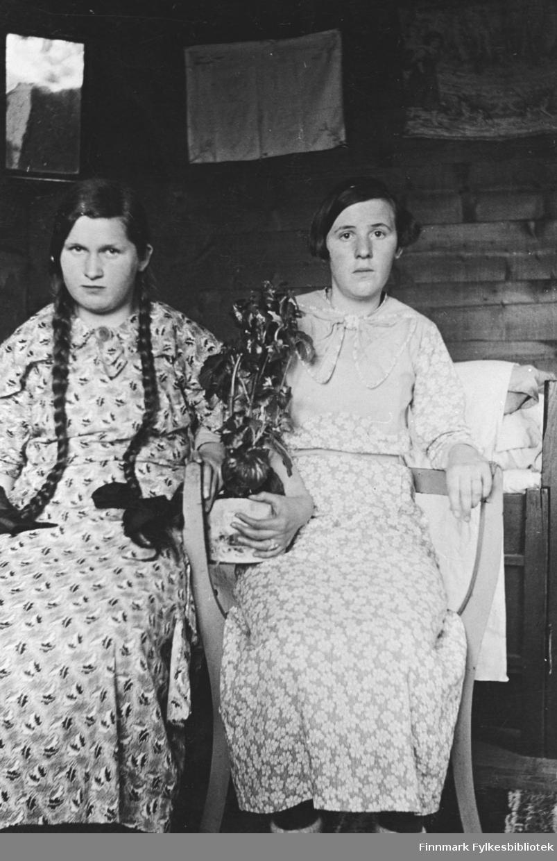 Ester Strøm og ei venninne på hybelen.