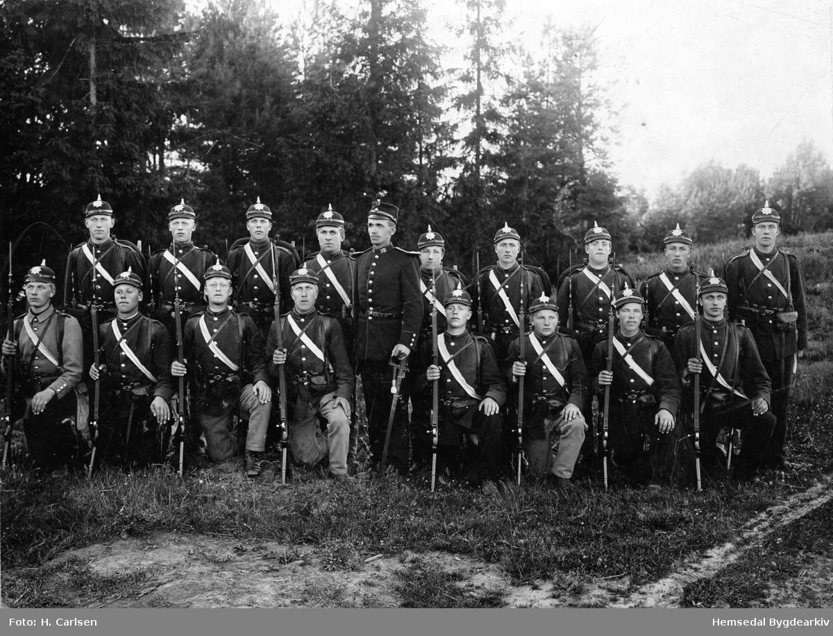 Militærteneste. Ola A. Thorset (1874-1937) nr. 9 frå venstre i bakerste rekke. Ola var fehandlar ei tid og så handelsmann i Vikresund. Han var fødd oi Andresgarden i Hemsedal.