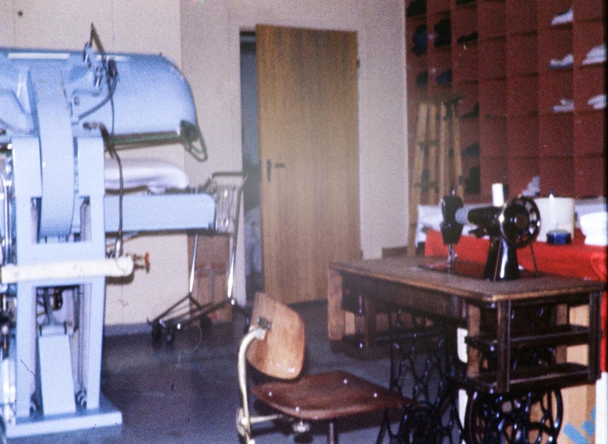 Interiør i Bothnerfabrikken. Symaskin i forgrunnen til høyre.