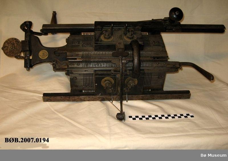 Strikkemaskin med utstyr. Det er 13 delar i tilegg til maskina