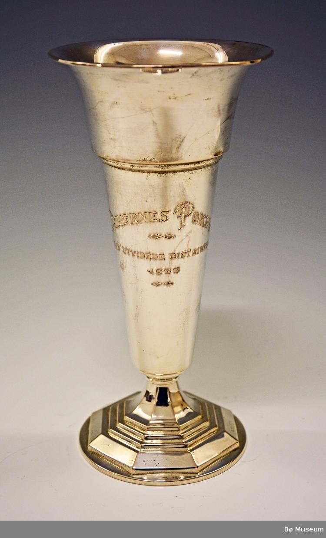 """Sølvpokal - hopprenn. Med innskrift (gravering):  """"Damernes Pokal - Storms Utvidede Distriktsrenn - 1933"""". Vunnet av Hans Kleppen, Bø."""