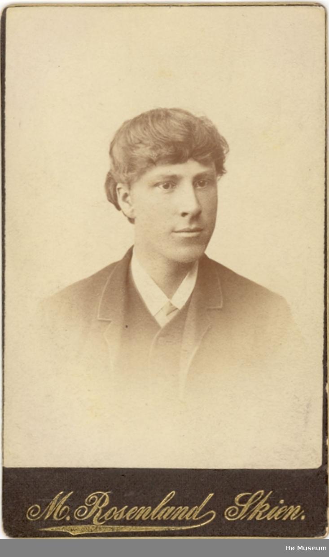 Brystbilde av målaren Torleiv Stadskleiv som ung
