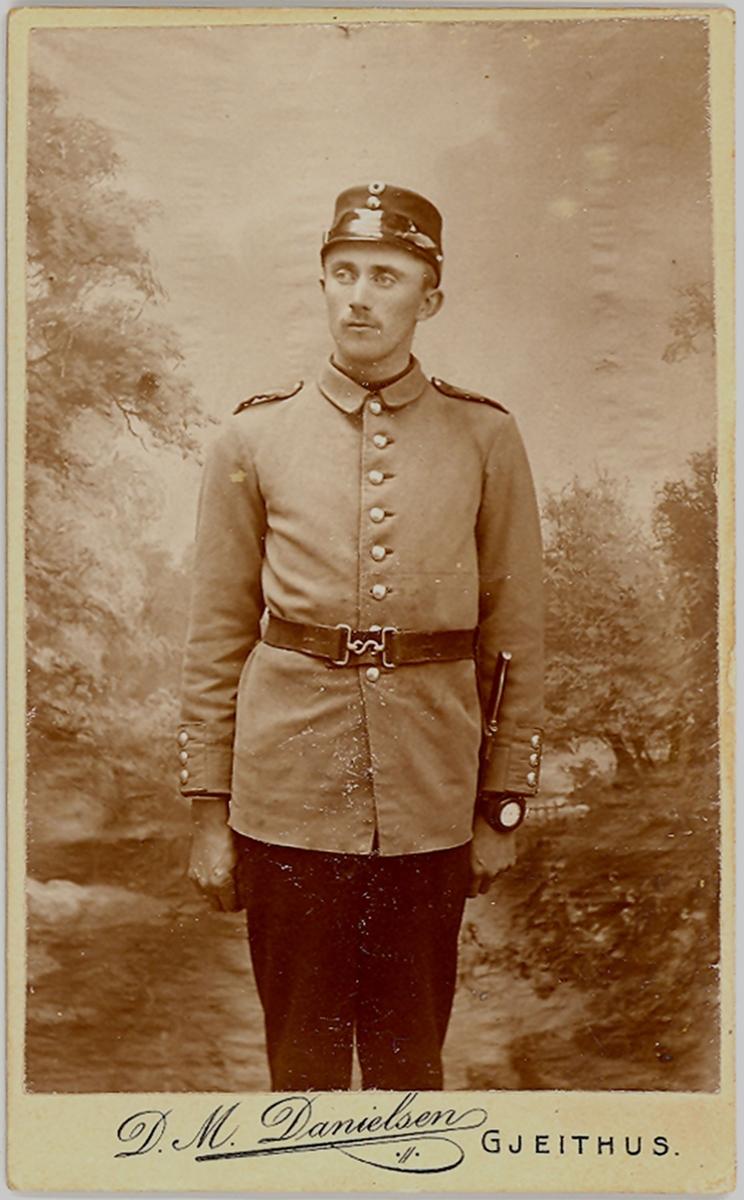 Mann, halvfigur, uniform