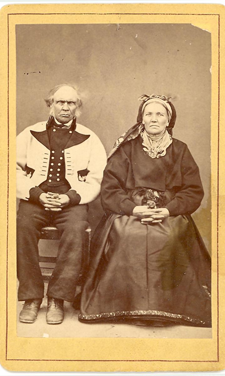 Mann og kvinne, gråkufte og beltestakk. Anne og Rolleiv Sunde.