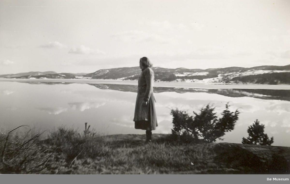 Ingeborg R. Odden ser utover Norsjø - over mot Stranna