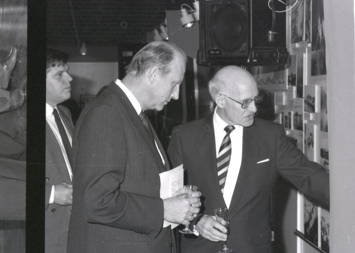 Kronprins Harald og direktør Pettersen snakker i forbindelse med åpning av utstillingen - Handelsflåten i krig 1939-1945.