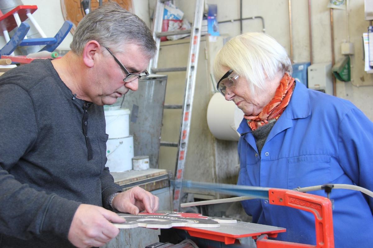 Kunstner Turi Gramstad Oliver besøker Furnes Jernstøperi AS for å se og godkjenne støpemodellen til kumlokk bestilt av Sandnes kommune.