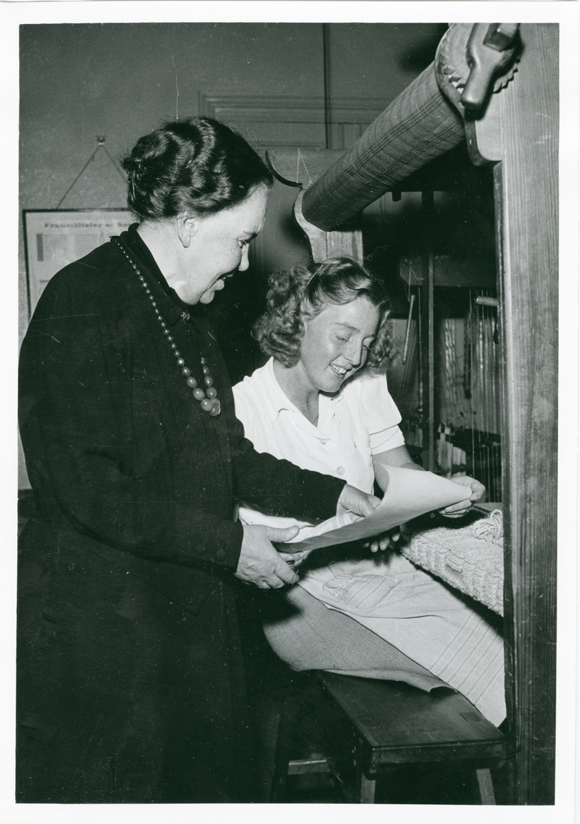 Alma Jacobson och eleven Ulla Linder, Johanna Brunssons vävskola.