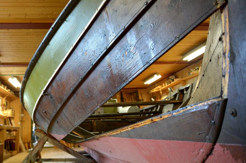 Bytting av bord på vengbåten Skarven (Foto/Photo)