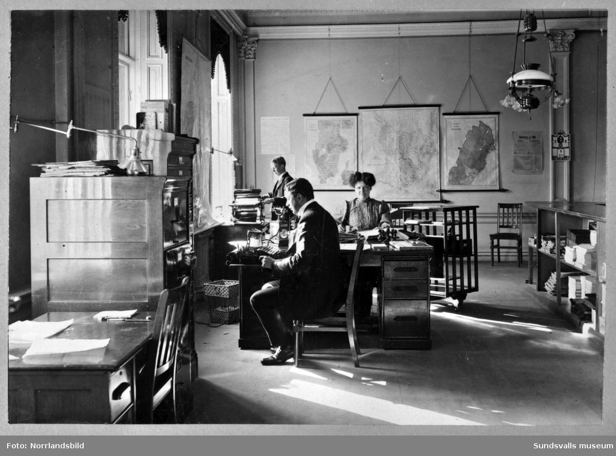 Kontorsinteriör från Nyhamns fabrik cirka 1910. Reproduktion ur SCA:s bildarkiv. Foto: Ateljé Waagsböe, Sundsvall. På bilden ses kamrer J. Moberg, Carl Gustafsson och fru Gaebel.