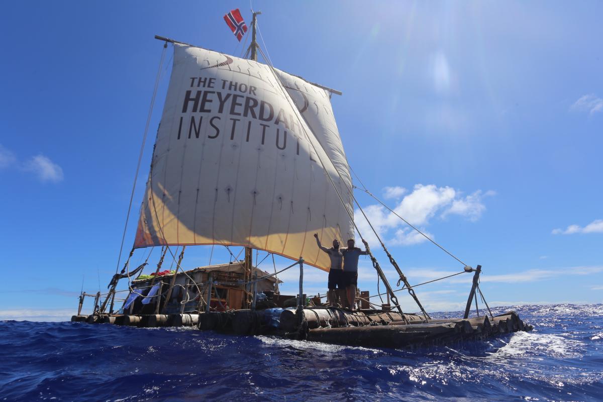 Flåten Tupac Yupanqui  under seil. Foto: KonTiki2-ekspedisjonen.