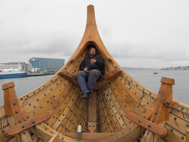 Selv båtbygger Einar Borgfjord blir liten i denne båten.