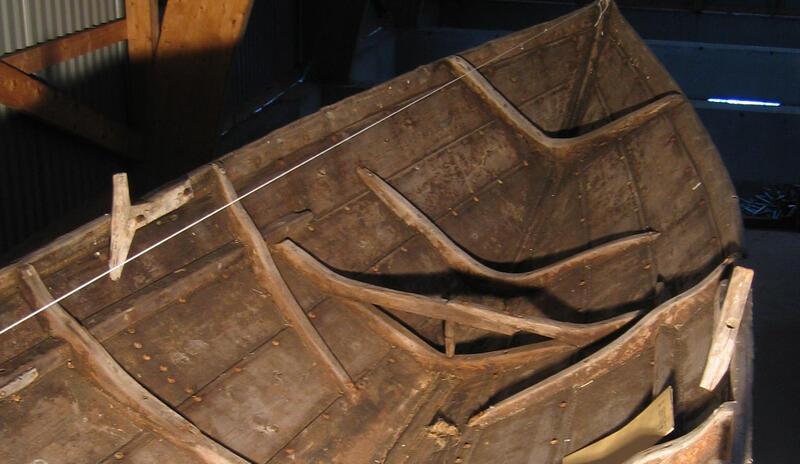 Båten er en kopi av en gammel snidbetning. Dette er originalen. (Foto/Photo)