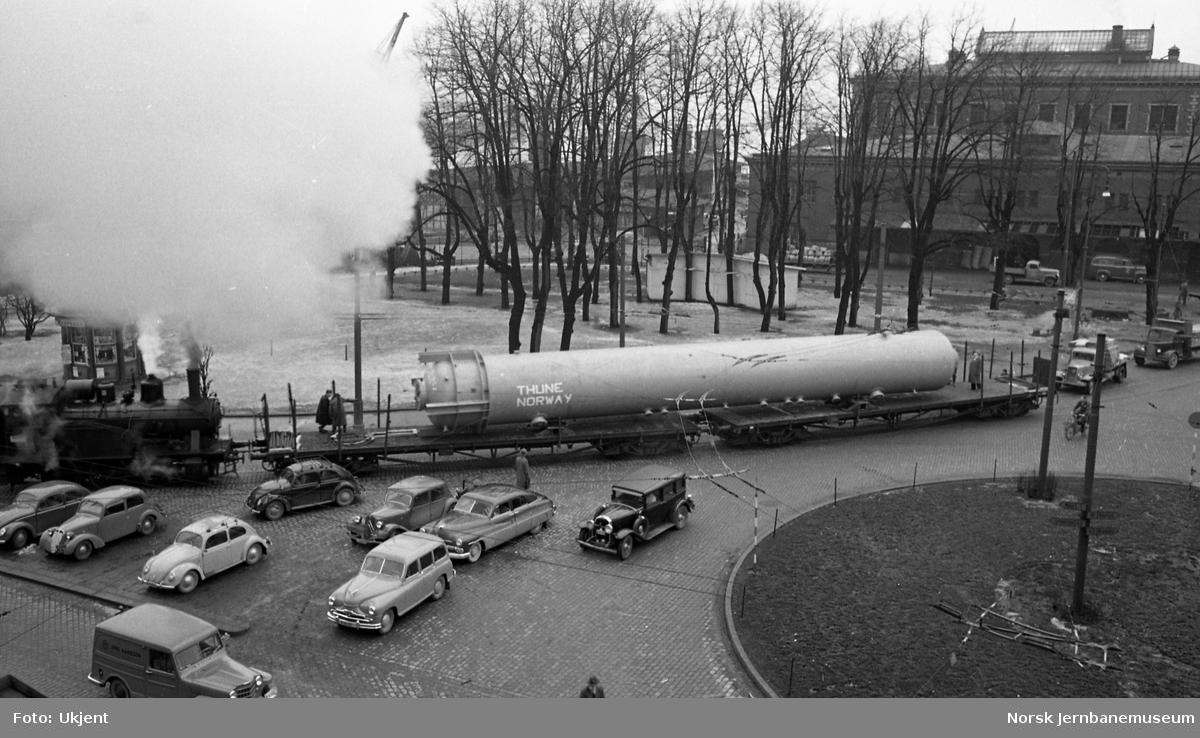 Spesialtransport fra Thune med last opplastet på to boggivogner, trukket av damplokomotiv type 23 over Havnebanen