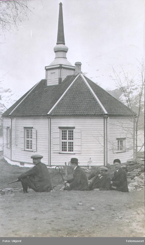 Heftyes reise i Nord-Norge, gruppebilde ved kirke