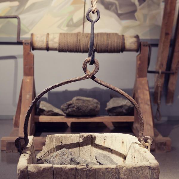 I gamle dager brukte de blant annet håndhaspel for å heise opp steinen fra gruvene. To mann sveivet opp korga som tok 500 kg på stein.. Foto/Photo