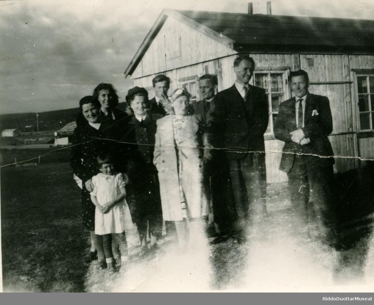 Olbmot suohkanbáhpa bráhká olggobealde Guovdageainnus 1949 geasset. Folk utenfor kommuneprestens prestebrakke i Kautokeino 1949 sommeren.