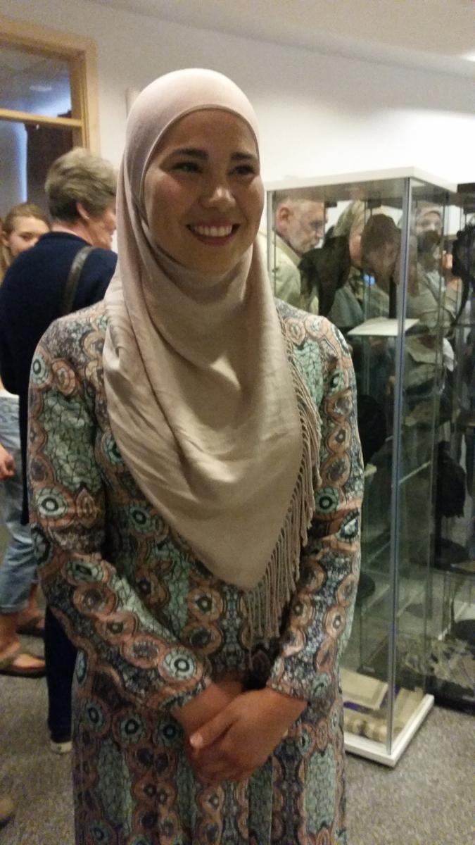 Iman Meskini på utstillingsåpning