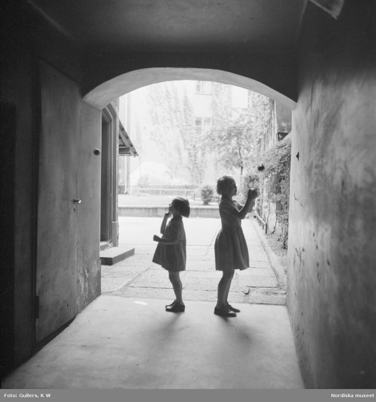 Flickor som kastar boll i ett valv i Triangelkvarteret Cepheus