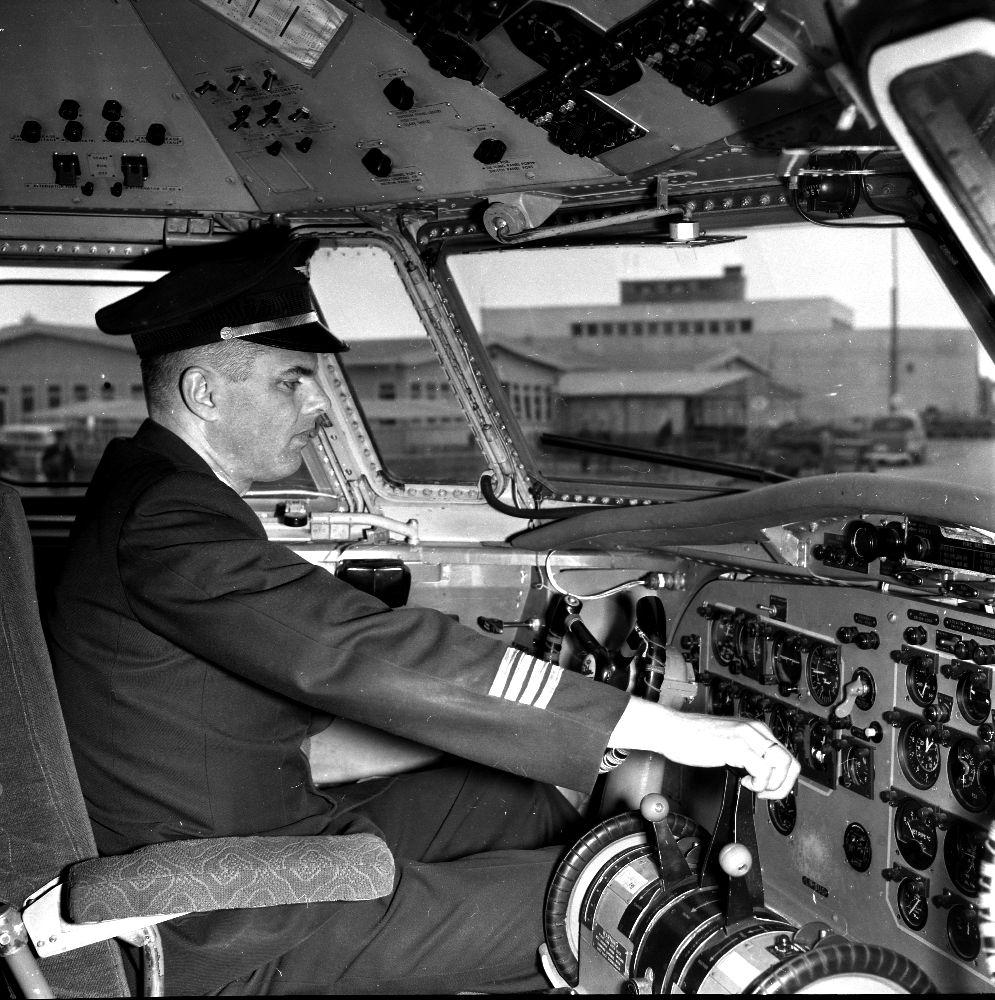 Lufthavn/Flyplass. I cockpit til et fly , F.27 Fokker fra Braathens SAFE, sitter 1person/ pilot (kaptein).