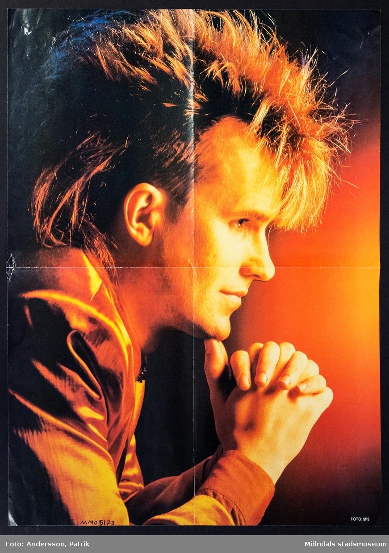 """Poster, cirka 1986 - 1990.  Postern är dubbelsidig.  På ena sidan av postern finns: Howard Jones, brittisk sångare som fick sitt genombrott 1984 med låtarna """"New Song"""", """"What Is Love?"""", """"Hide And Seek"""" och """"Pearl In The Shell"""".   På andra sidan av postern finns: Europe, är en svensk hårdrockgrpp som bildades 1978. deras största hitlåtar under 1980-talet var: """"Seven Doors Hotel"""", """"Open Your Heart"""", """"Rock the Night"""", """"The Final Countdown"""",   """"Carrie"""", """"Cherokee"""", """"Superstitious"""" och """"Let the Good Times Rock""""."""