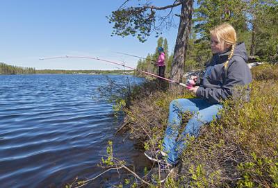 Jenter fisker ved Blokka 06.06.2016