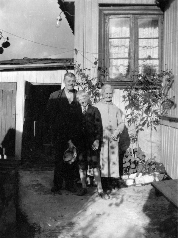 Et eldre par med barnebarn. Johannes gate 4. Enerhaugen (Foto/Photo)