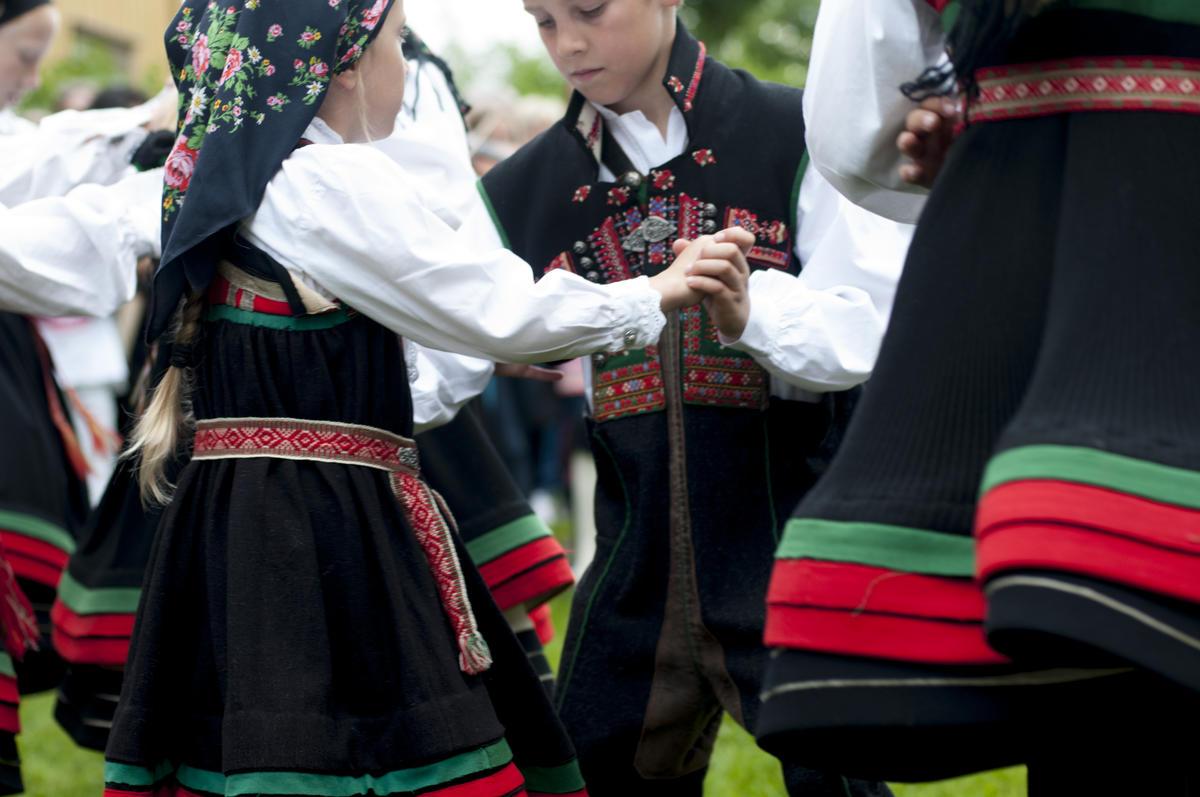 Barn i setesdalsbunad danser
