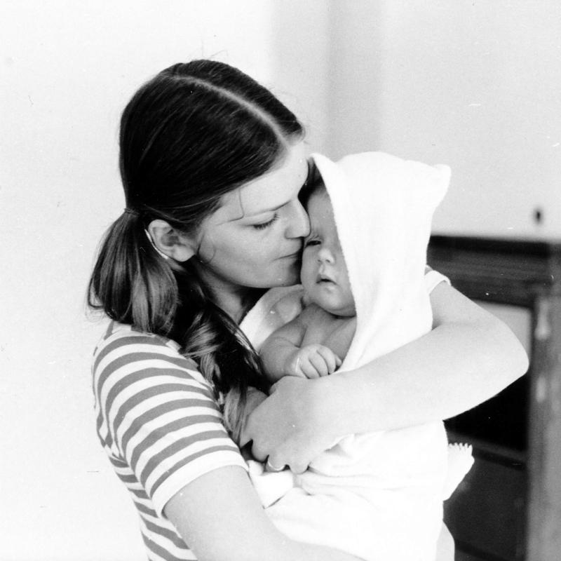 Mor og barn. Beboere i Wessels gate 15 i 1970. (Foto/Photo)