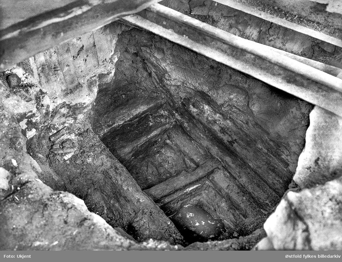 Ved en graving under verandastua til Borregårdsveien 7 i Sarpsborg påtraff man i 1927 et tømret kar. Dette kan ha vært et fundament for en vollport. Fotografert i 1928.