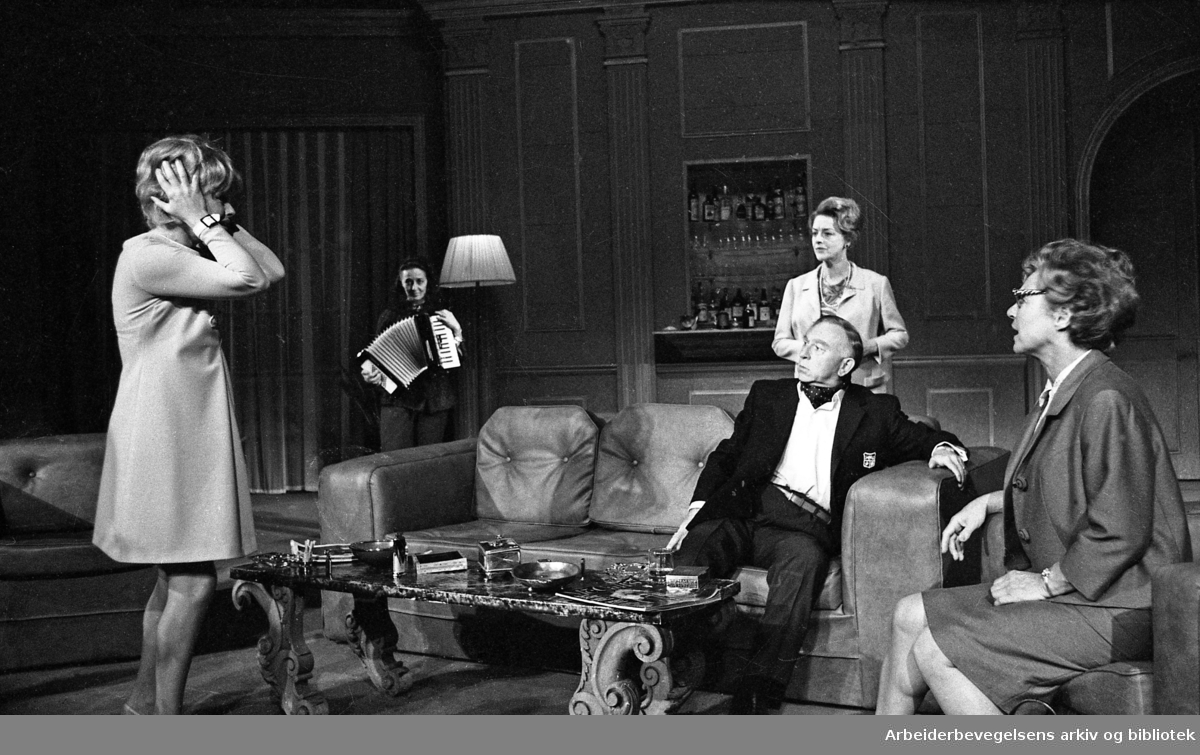 Nationaltheatret. Hovedscenen..BALANSEGANG, av Edward Albee. Premiere 16.09.1967..Medvirkende: Aase Bye, Jørn Ording, Astrid Folstad, Ingerid Vardund, Gøril Havrevold og Gunnar Olram.