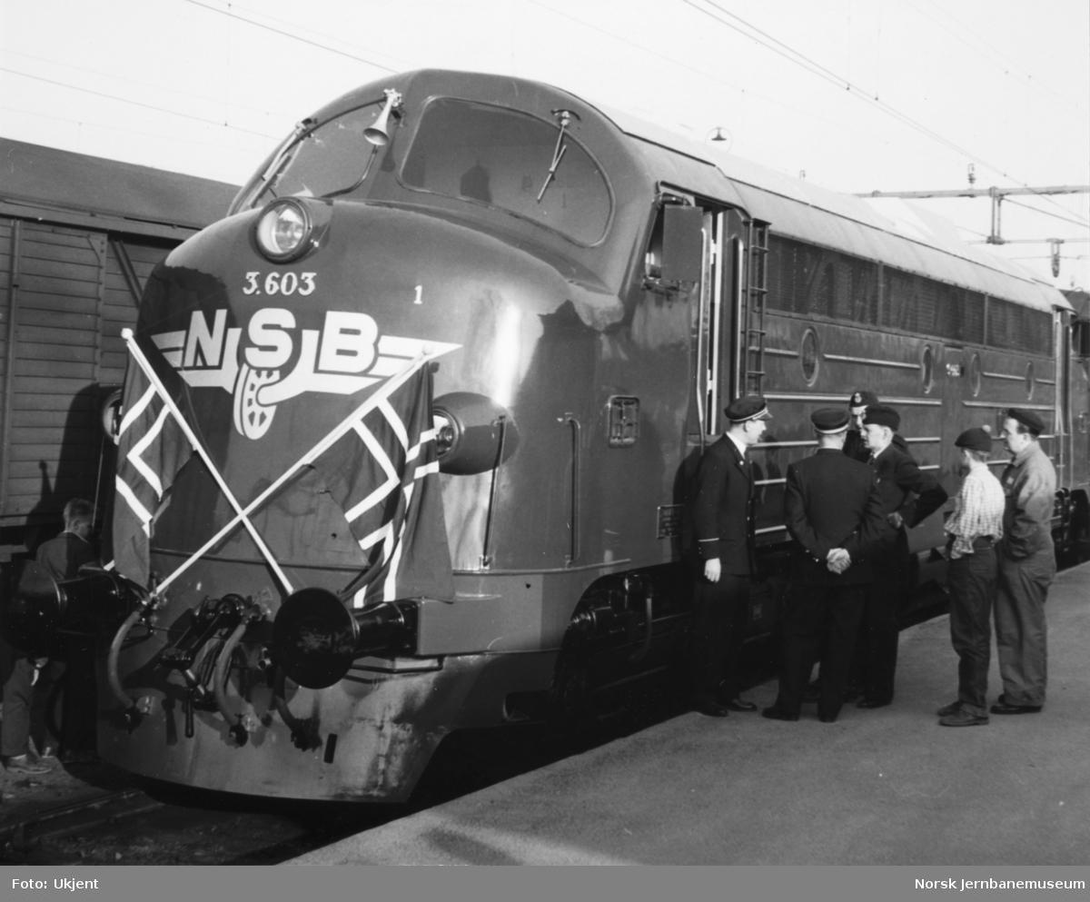 Fra Nydqvist & Holm i Trollhättan ved NSBs overtakelse av diesellokomotiv Di 3 603 : på Trollhättan stasjon før turen til Norge