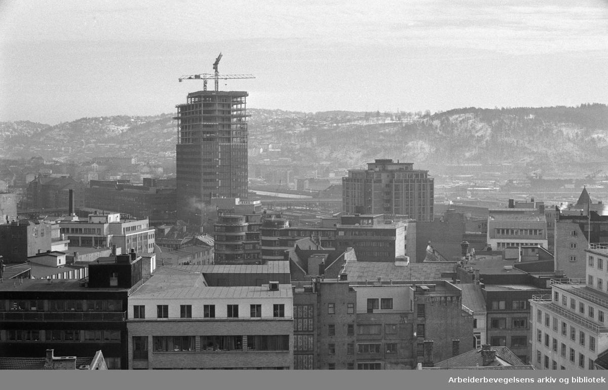 Utsikt over Oslo, sett fra restaurant Stratos, på toppen av Folketeaterbygningen..Byggingen av Postgirobygget..1975.
