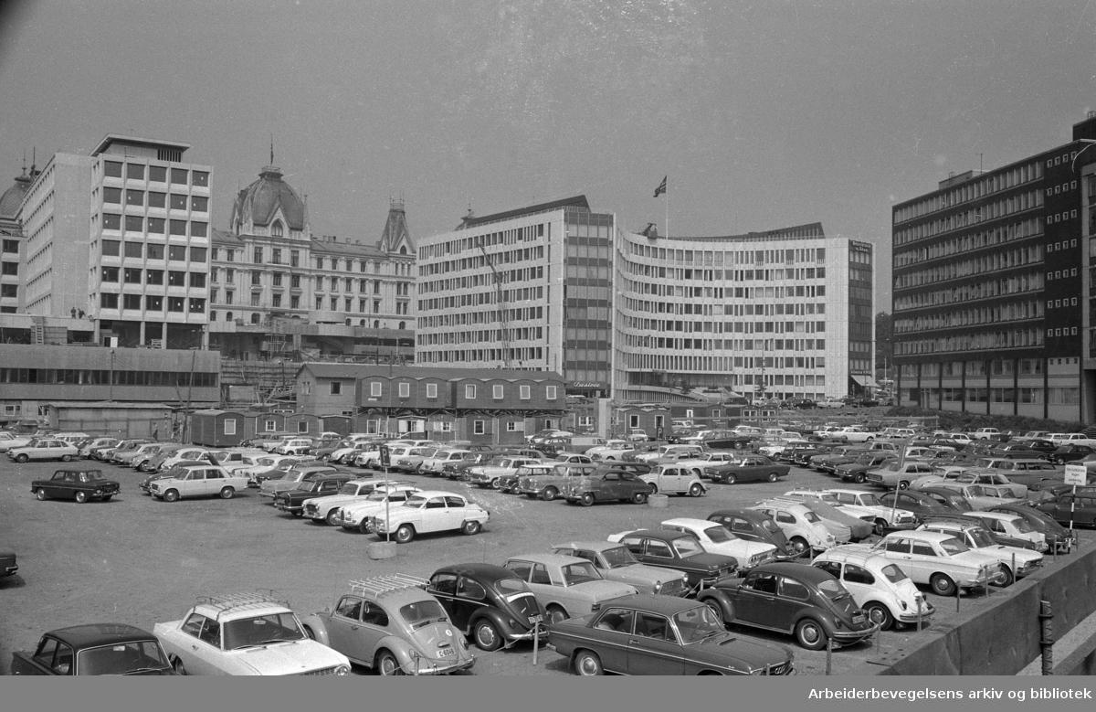 Det nye Vika reiser seg. .Parkering på konserthustomta. .Juli 1968.