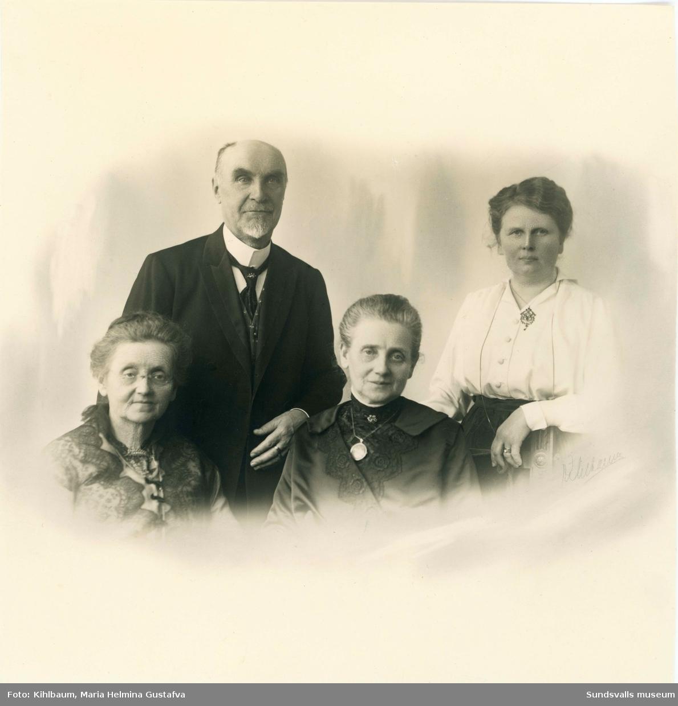 Grupporträtt med Eva Mesch sittande i mitten samt Karin Jonsson stående längst till höger. Mannen och kvinnan till vänster är okända (ev släktingar till Eva Mesch). Eva Mesch och Karin Jonsson drev från 1902 missionsbokhandeln Mesch & Jonsson på Storgatan 27. Eva Mesch gifte sig sedan med en möbelsnickare och bytte namn till Liljeblad.
