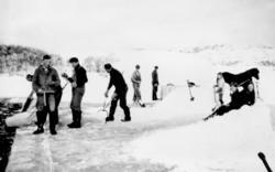 Issaging av isblokker, ukjente personer og ukjent sted