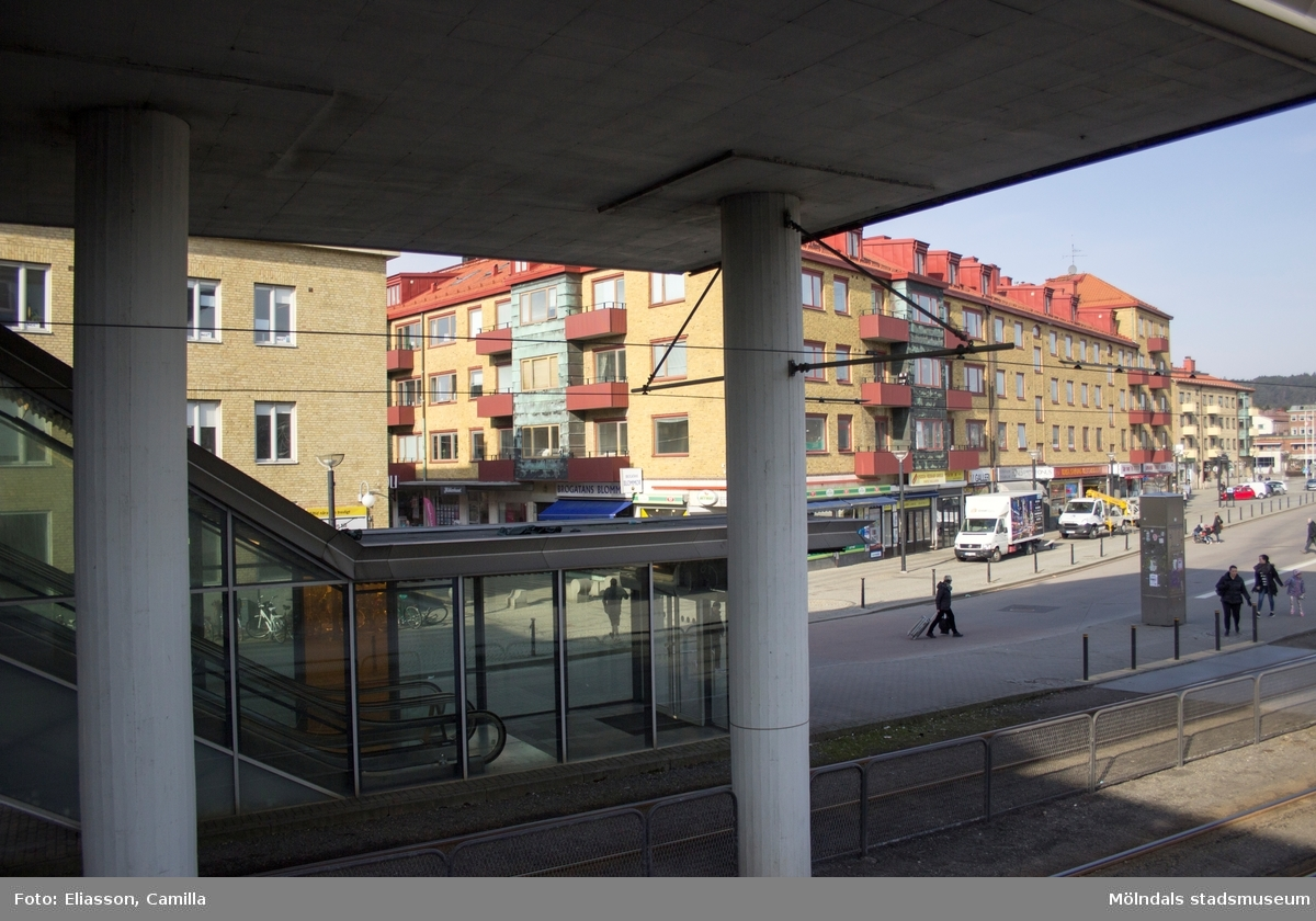 Mölndals centrum sett från Broplatsens buss- och spårvagnshållplats. Centrumhuset i början av Brogatan (tidigare Frölundagatan) kommer att bevaras även vid nybyggnation. Längst till höger ses Folkets hus där Mölndals stadsbibliotek finns.