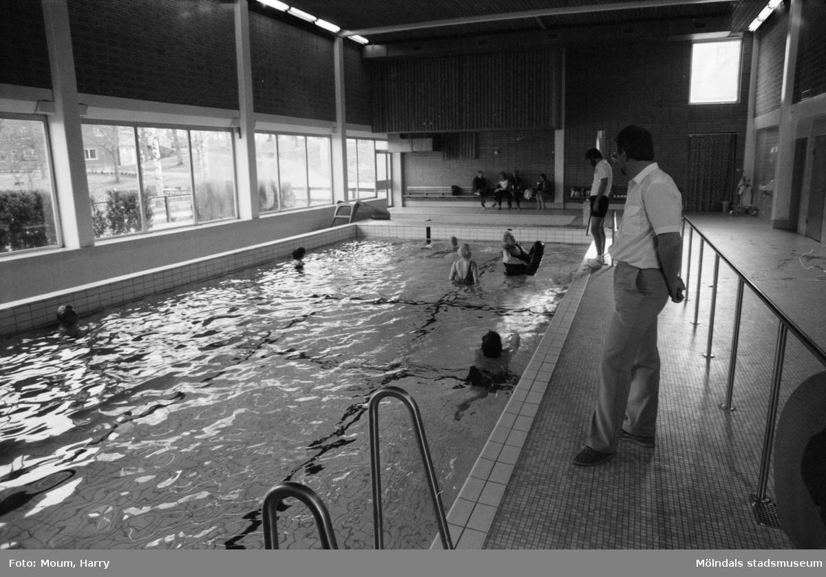 """Invigning av handikappbadet på Stretered i Kållered, år 1984. En samling människor som simmar. """"Nu har de rörelsehindrade fått möjligheter att bada vid Stretered.""""  För mer information om bilden se under tilläggsinformation."""