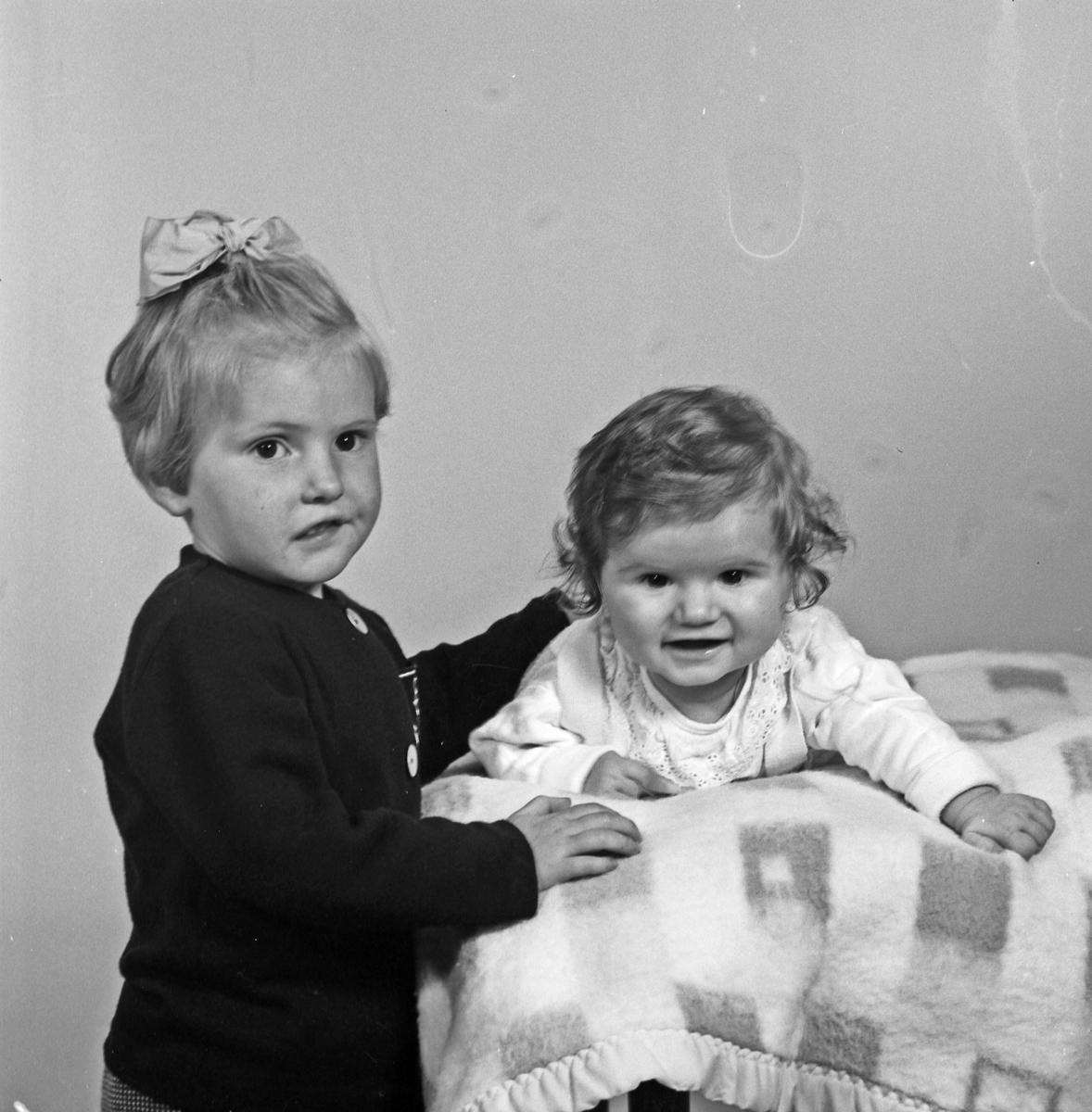 Portett av 2 små barn og av en kvinne - bestiller Sivert Alne