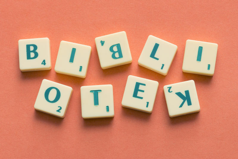 Bibliotek skrevet med bokstaver. Scrabble.. Foto/Photo