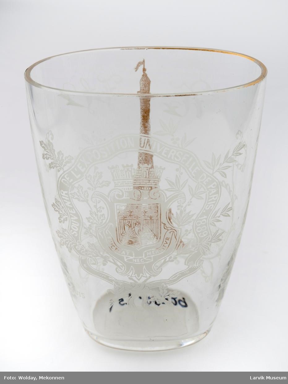 Liten blomstervase/souvenir med inskripsjoner til minne om verdensutstillingen i Paris i 1889.