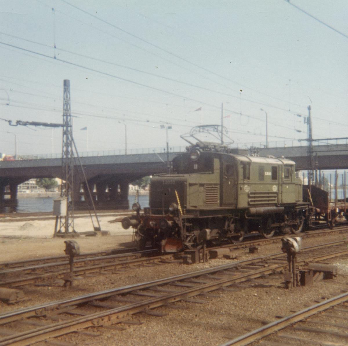 Godstog på Drammen stasjon trukket av elektrisk lokomotiv El 1 2050. Toget er på vei retning Vestfoldbanen eller Sørlandsbanen.