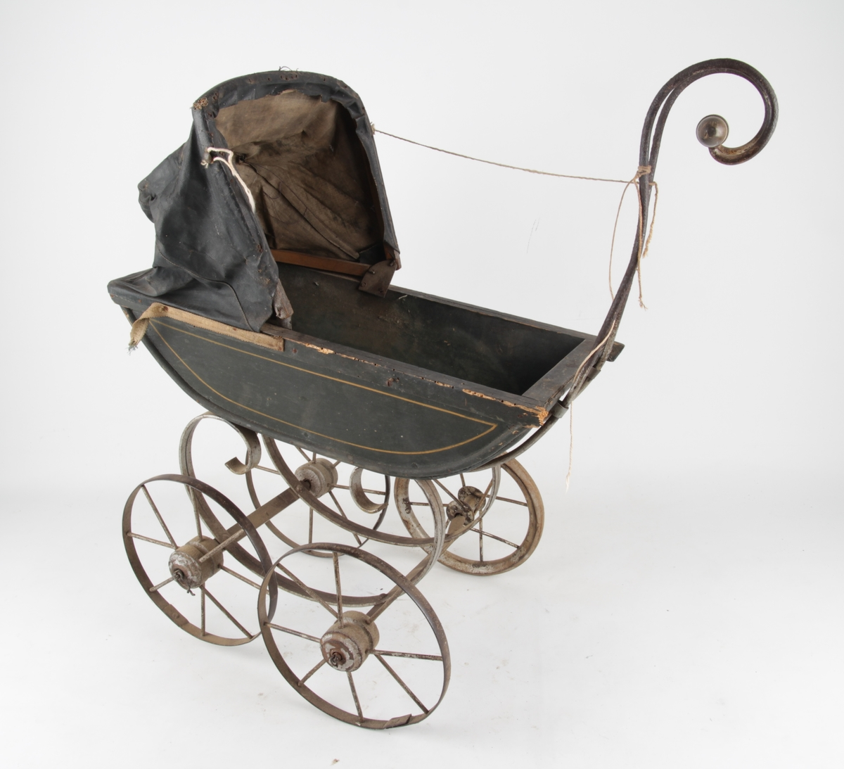 Halvmåneformet barnevogn med store hjul og håndtak.