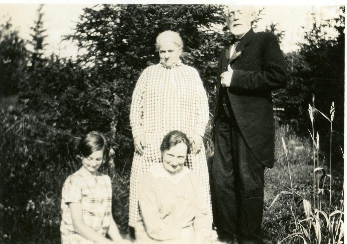 En eldre kvinne og mann avbildet sammen med to yngre jenter.
