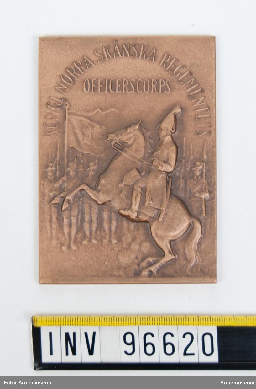 Plakett i brons för Norra skånska regementets officerskår. Stans 19040. Troligen tillverkad 1947-09-08.