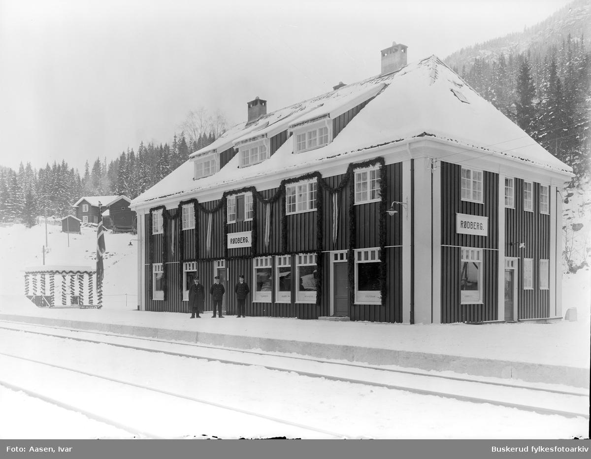 Rødberg stasjon Rødberg stasjon er en nedlagt jernbanestasjon på Numedalsbanen ved tettstedet Rødberg i Nore og Uvdal kommune i Buskerud. Rødberg var endestasjon for banen og ble åpnet som en stasjon betjent for ekspedering av tog, reisende og gods den 20. november 1927 sammen med resten av Numedalsbanen. Ekspedisjonsbygningen var opprinnelig en forretningsgård for Nore kraftanlegg, et anlegg som også var grunnlaget for at banen ble bygget i første omgang.