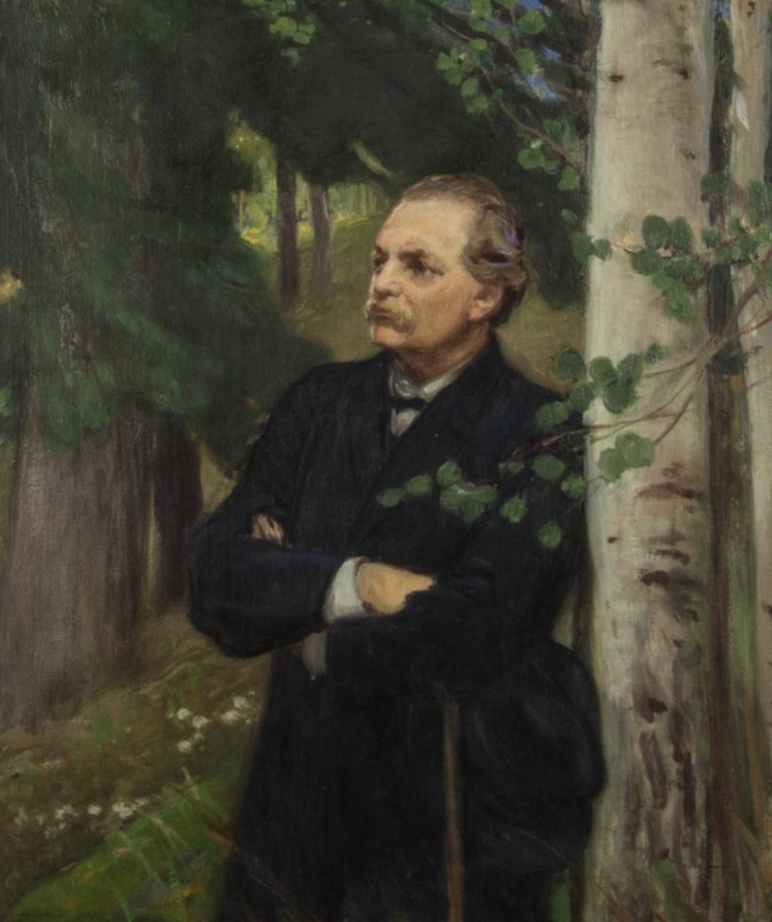 Porträtt, halvfigur, föreställande Artur Hazelius med korslagda armar. Han lutar sig mot en björkstam och är klädd i svart knäppt rock och håller i en svart hatt och en käpp. I bakgrunden granar.