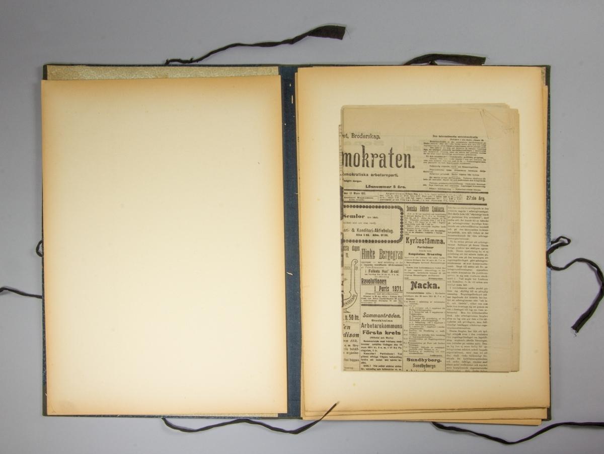 Portfölj, stående rektangulär av papp med blåmarmorerat omslag. Knytband på tre sidor av svart bomullsband. Rygg av blå textil. Pärmarnas insidor har tryckt småblommigt mönster i grönt. Mellan pärmarna pappskivor och olika nummer av tidningen Socialdemokraten 1911. Har ursprungligen innehållit skisser med mera.